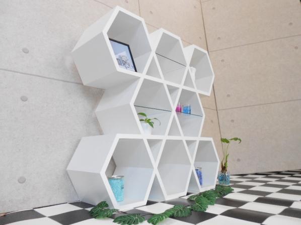 白い六角形のシェルフ スタイリッシュなお部屋にマッチング